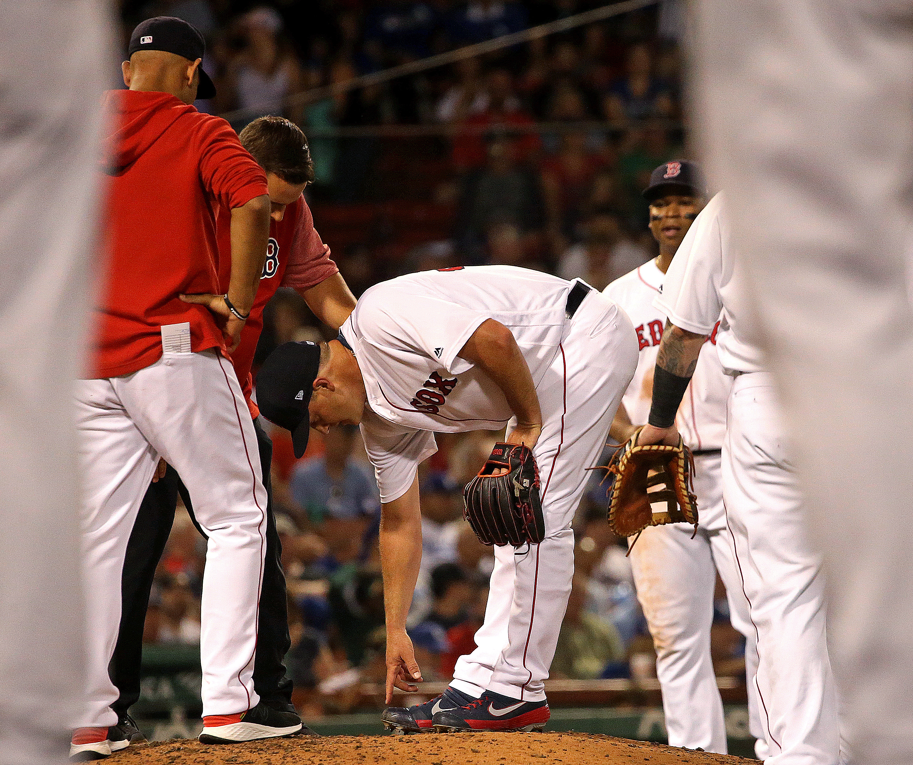 Reliever Steven Wright leaves game with right foot contusion