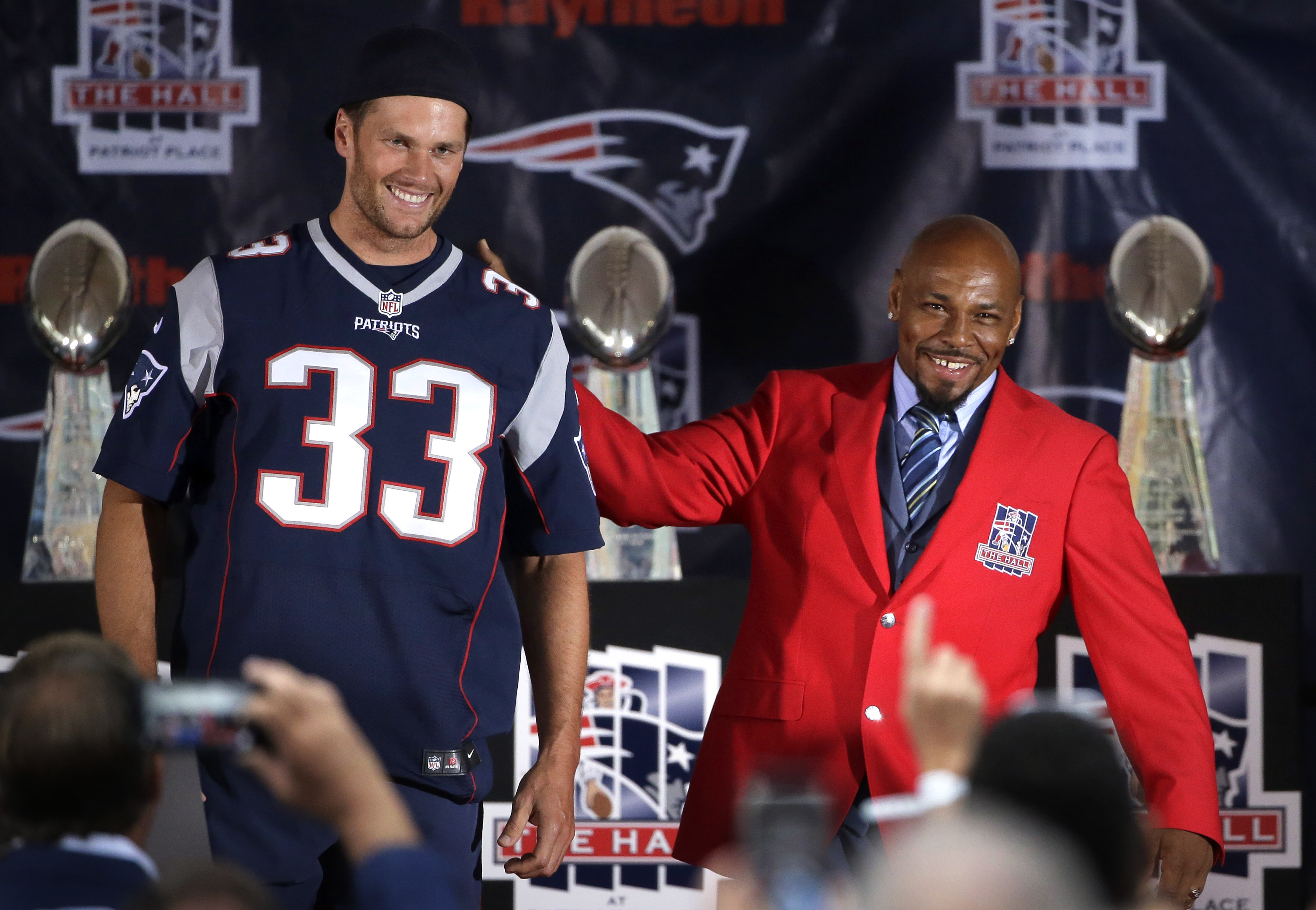Tom Brady pitches in at ceremonies for Kevin Faulk - The Boston Globe