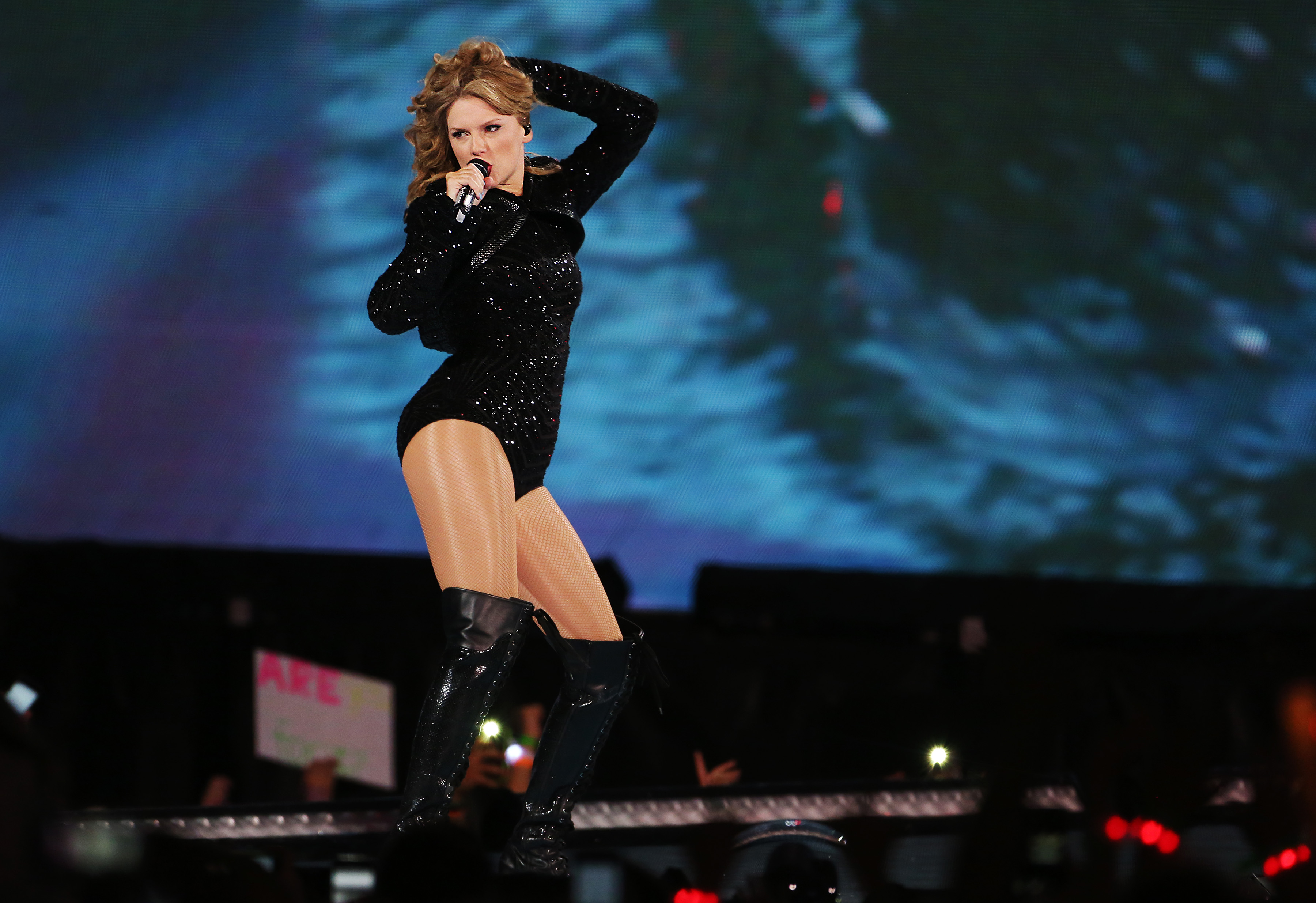 Taylor Swift covers a lot of ground in Gillette Stadium show